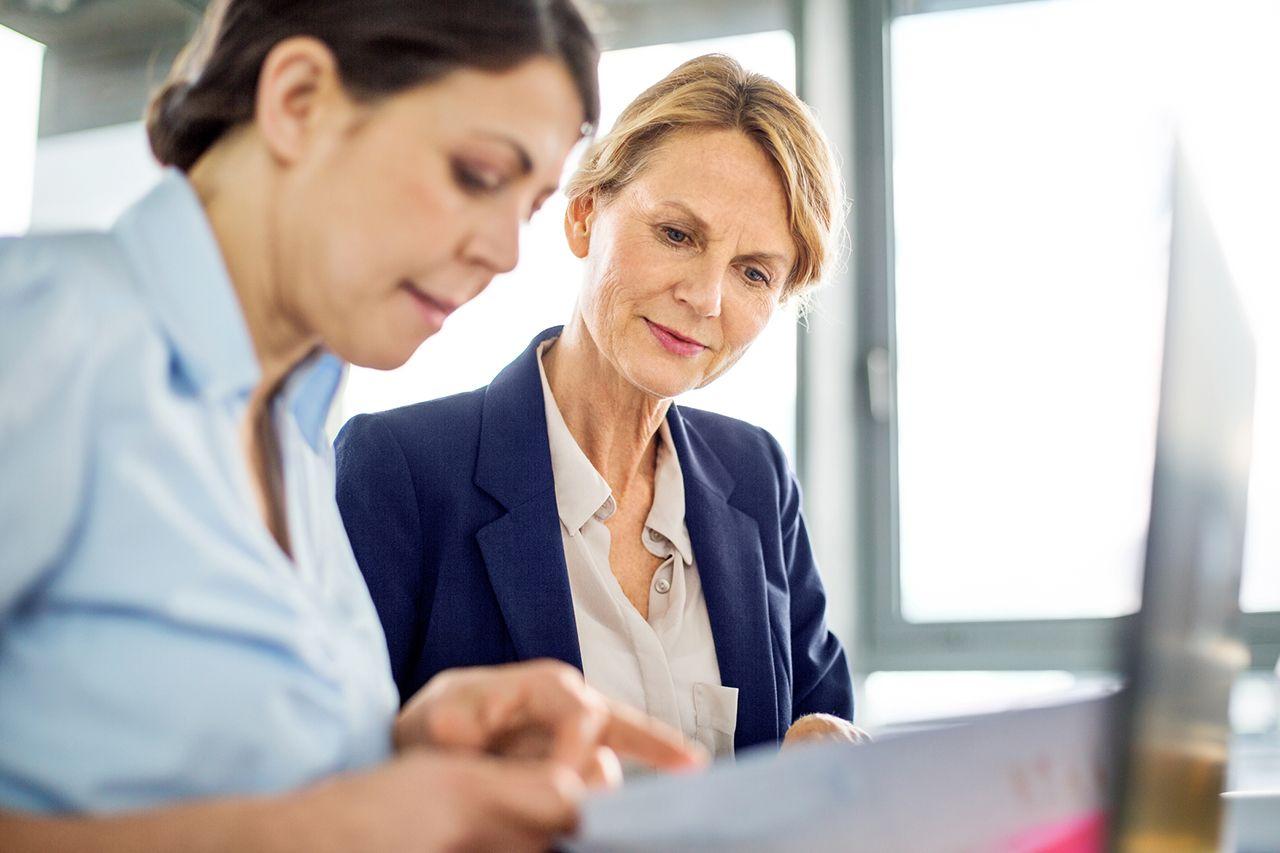 Bankfachfrauen beim Forderungsverkauf