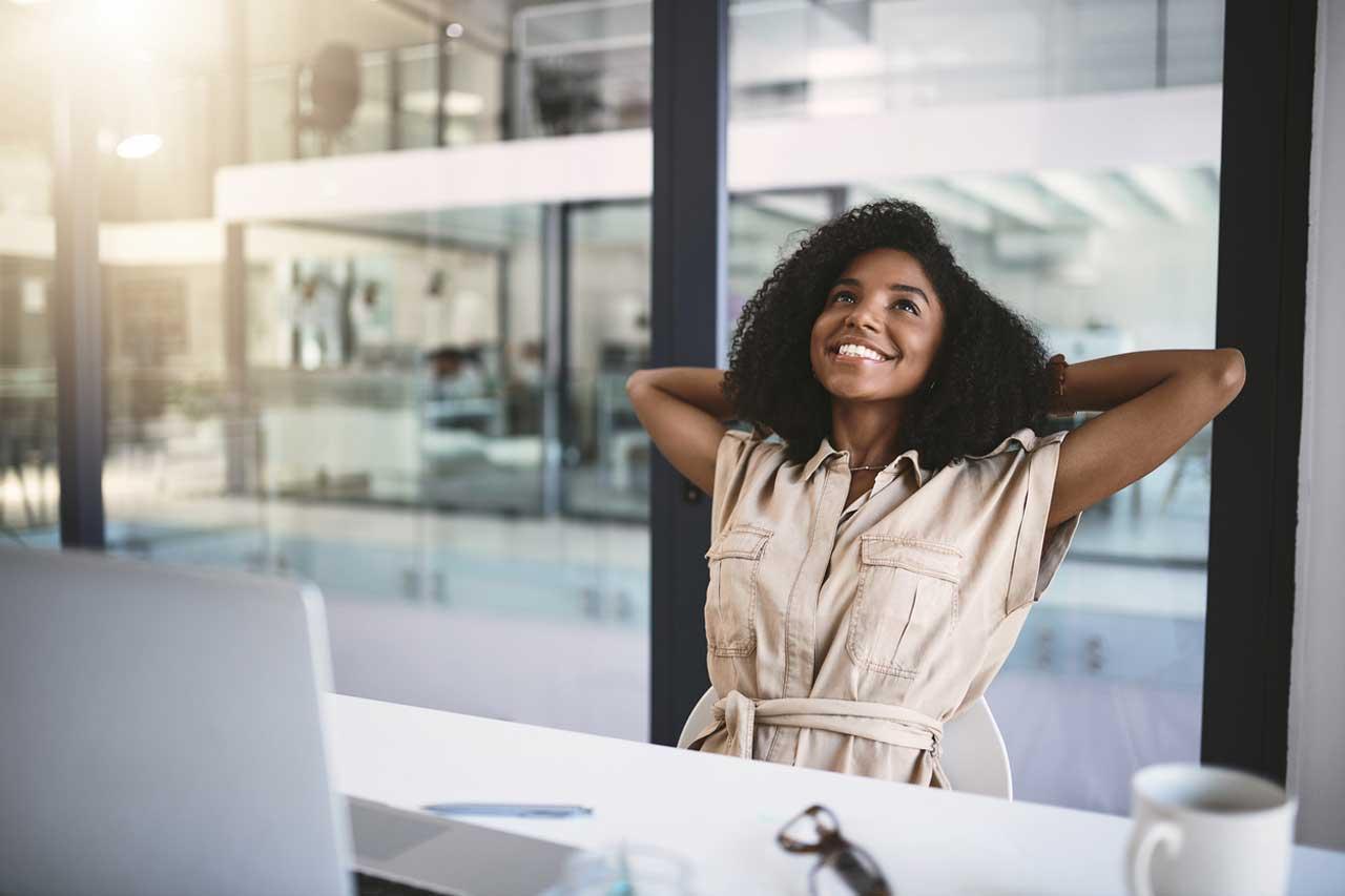 Fröhliche Frau bei der Arbeit